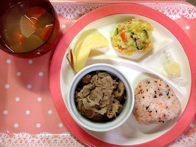 おにぎり 焼き肉 ポテトサラダ チーズ 大根の味噌汁 りんご  ポテトサラダはこどもたちと作った(◍ ´꒳` ◍)b! - 19件のもぐもぐ - 2歳夕食☻ by RYKmom