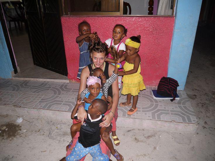 Na wyspie mieszkają sami Afrokolumbijczycy. Małe dziewczynki nie mogą się nadziwić strukturze blond włosów (fot. intoamericas.com)