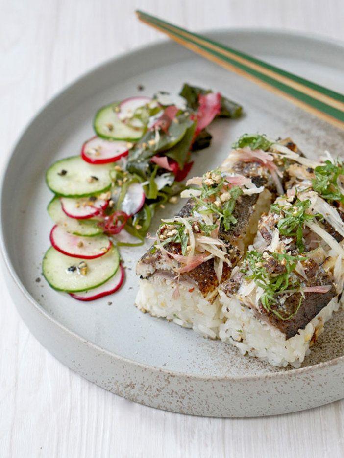 バーナーで炙る代わりに、グリルでサッと焼いてもOK。押し寿司の型がなくても、巻きすで作れるのでトライしてみて。|『ELLE gourmet(エル・グルメ)』はおしゃれで簡単なレシピが満載!