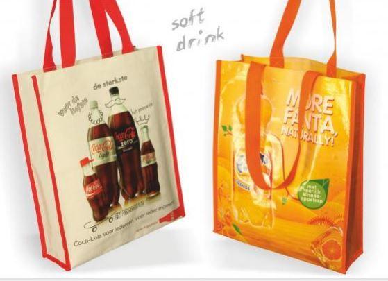 BIG SHOPPER FANTA  Twee frisse Big Shoppers. De Coca-cola met een matte laminering en Fanta met een glimmemde. Beide tassen hebben luxe 'webbing' biezen van geweven materiaal en twee flessenhouders aan de binnenzijde.