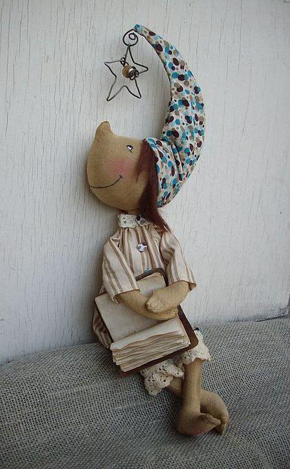 Купить или заказать Мечтатель в интернет-магазине на Ярмарке Мастеров. 'Только мечтатель ходит не по земле, а по земному шару...' Сшит из хлопка, тонирован кофе и корицей, очень приятно пахнет, волосы - шерсть, самостоятельно не стоит, одежда из хлопка и трикотажа, не снимается. Внутри проволочной звездочки бусина. В стоимость включена доставка по России.…