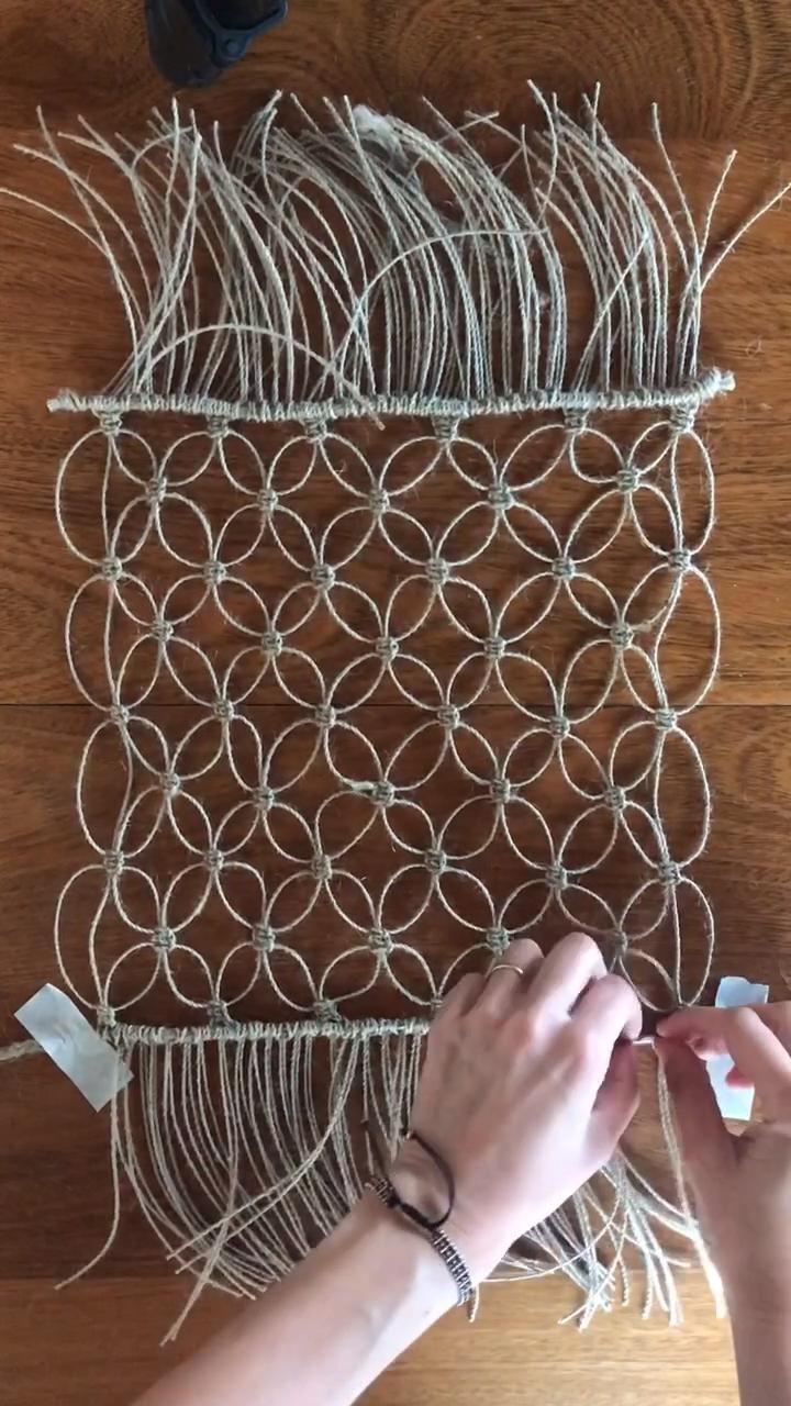 Hacemos un individual en macramé, utilizando hilo de yute super fino . Macrame Design, Macrame Art, Macrame Projects, Macrame Knots, Macrame Wall Hanging Patterns, Macrame Patterns, Diy Crafts For Home Decor, Diy Crafts To Sell, Rope Crafts