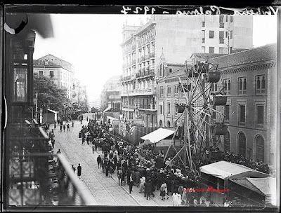 La Verbena de La Paloma en imágenes.  Atracciones de feria situadas en la calle Toledo, antes de llegar a la plaza de La Cebada, en 1927.
