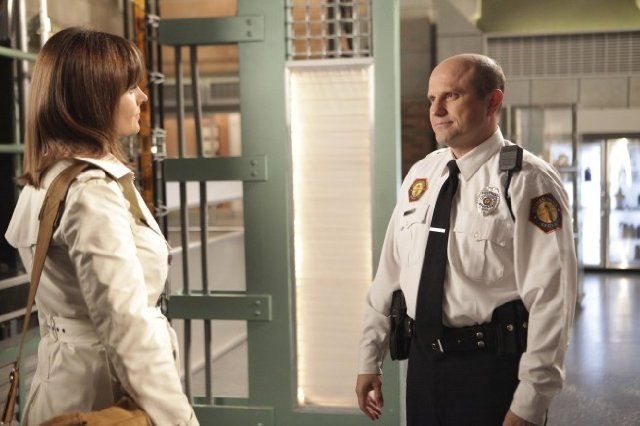 Still of Enrico Colantoni and Emily Deschanel in Bones - Die Knochenjägerin (2005)
