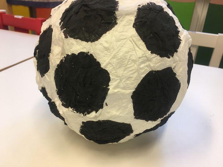 Fotbalový míč z ubrousků a nafukovacího balónku