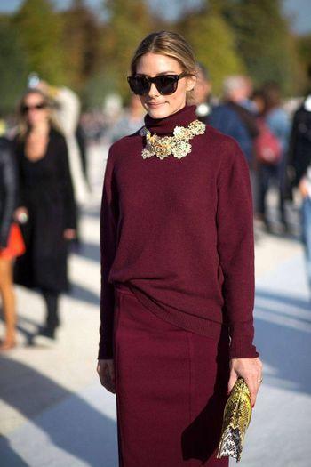 ファッションアイコンとして常に注目の的のオリビア・パレルモ。彼女もレディな着こなしが上手。ボルドーでまとめたコーディネートに、大振りなアクセサリーを加えたあたりはさすがですね。