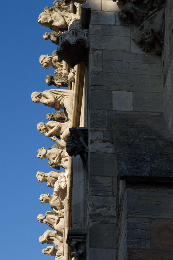 Galería de gárgolas en la iglesia de Notre-Dame, Dijon,Francia