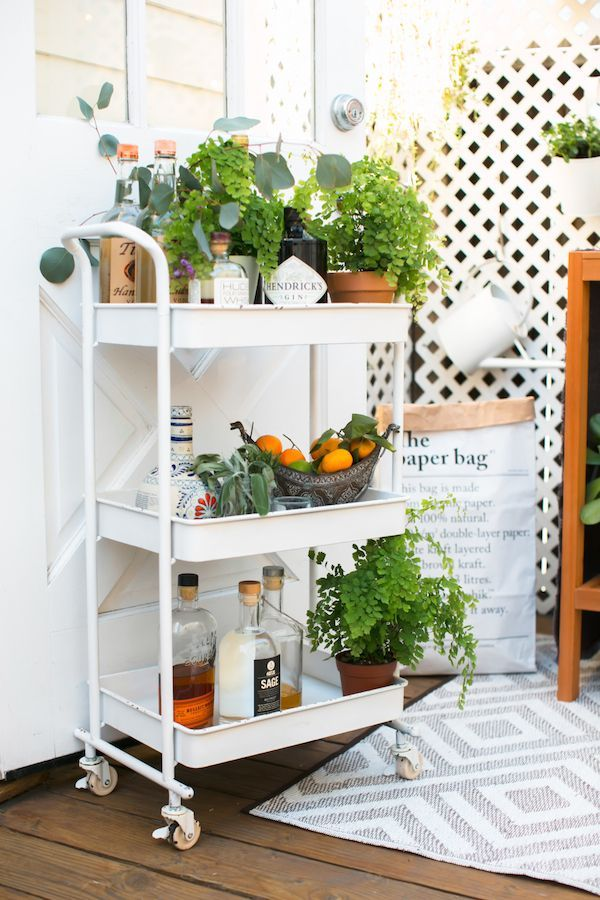 Decorating & Hosting in Small Spaces | theglitterguide.com