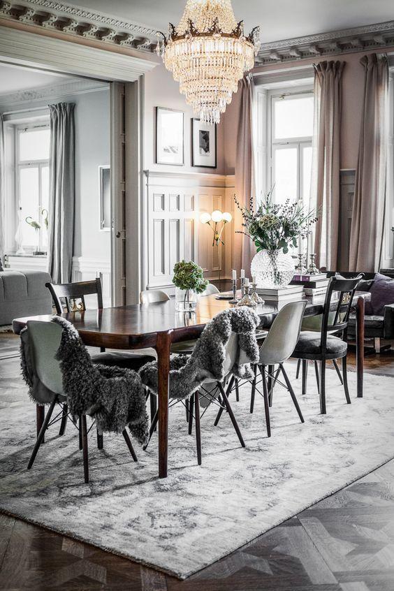 Elegantes Esszimmer Esstisch Holz Eames Stühle Teppich Grau Kronleuchter  Interieur Wohnen