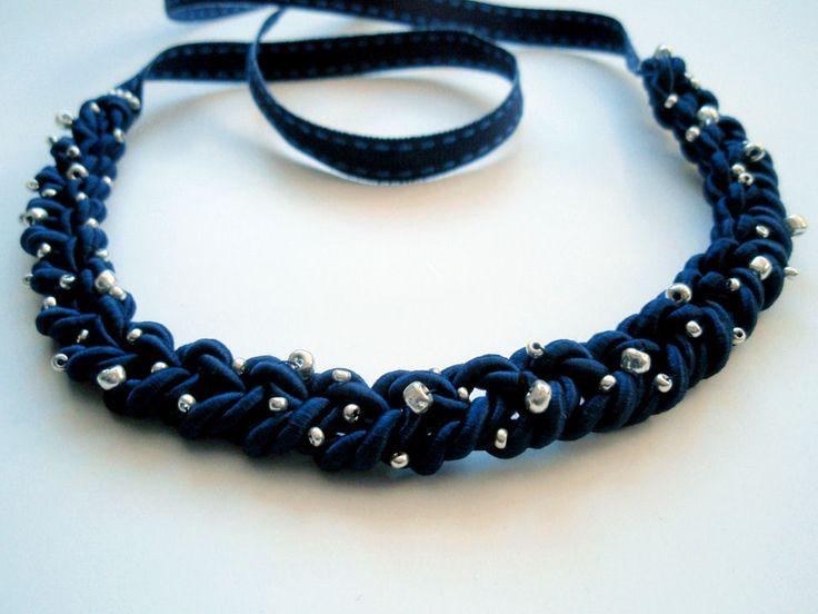 Un joli collier pour l'hiver, ça vous tente ? Je ne parle pas l'allemand mais j'ai compris comment réaliser ce collier. Vous trouverez tout le nécessaire en mercerie (ou dans vos tiroirs à trésors…) C'est joli non ? Vous pourrez agrémenter ce collier de perles de couleurs pour plus de fun par exemple. Les petites …
