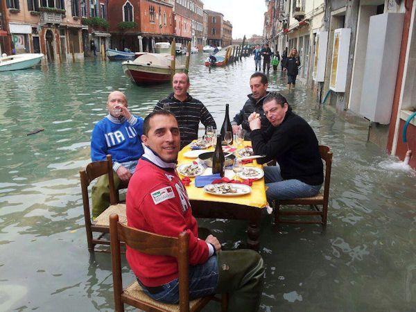 venise inondation repas table