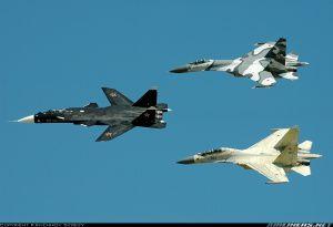 Caça experimental Su-47 Berkut voando com dois outros caças da força aérea russa