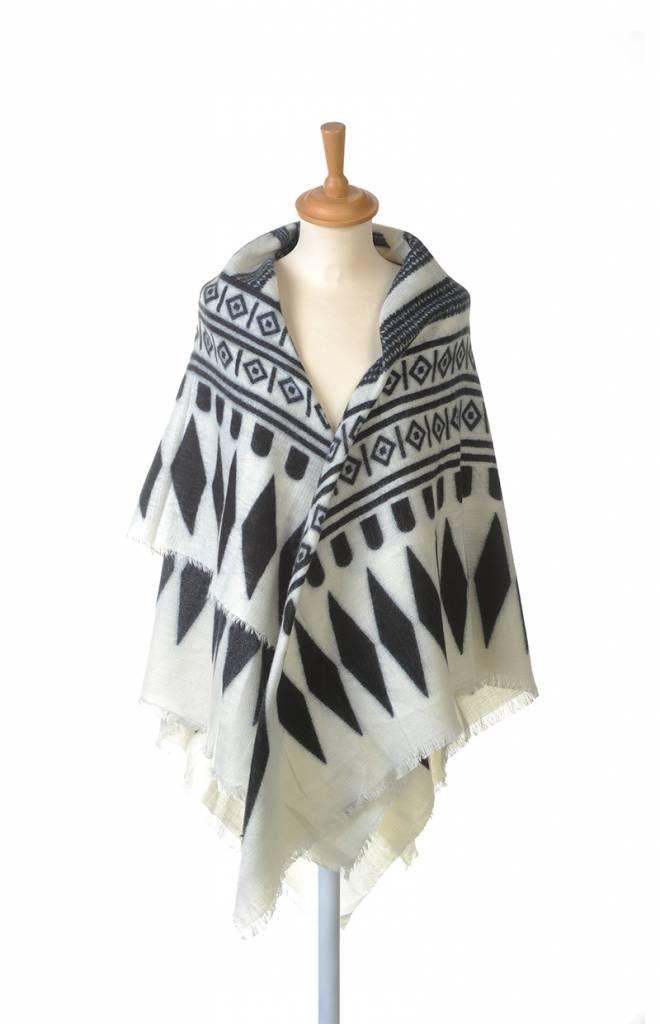 Grote vierkante omslagdoek met hippe aztec print in zwart en wit. Etnische prints zijn de trend van het najaar 2015 en met deze eenvoudige kleuren gemakkelijk te combineren met je favorite kledingstuk. Ook als oversized sjaal te dragen