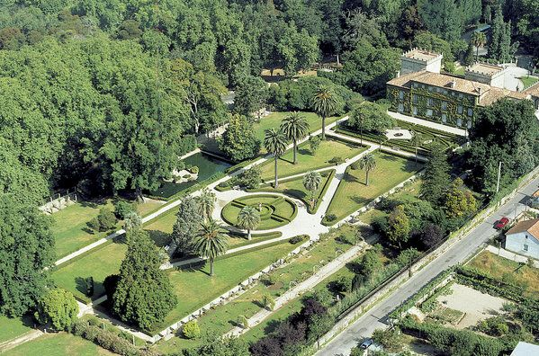 The Quiñones de León Museum is located at Castrelos Park in #Vigo. Do not miss it´s beautiful french and english gardens.