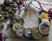 braccialetto con bottoni di madreperla grezza
