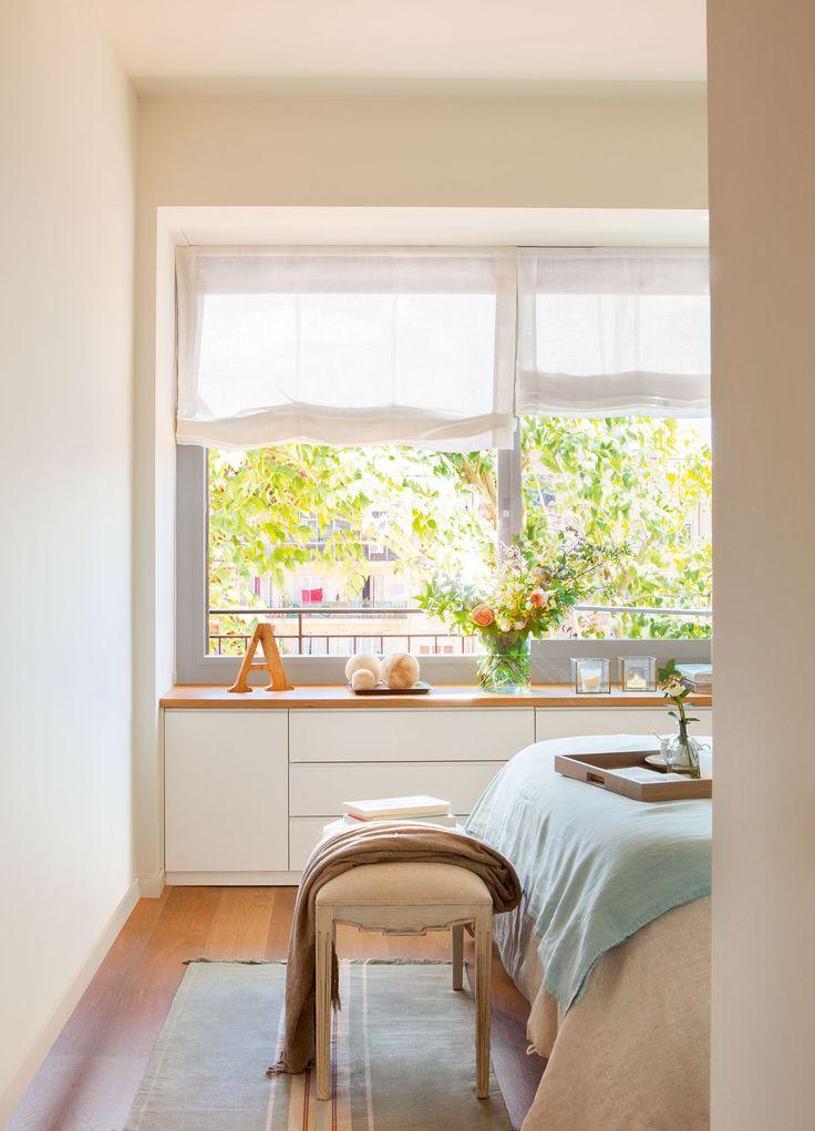 ventana dormitorio Banqueta y plaid, en Velafusta. Alfombra de Matèria y colcha, de Filocolore. Bandeja, en Cado. Letra y bolas, en Home Deco.