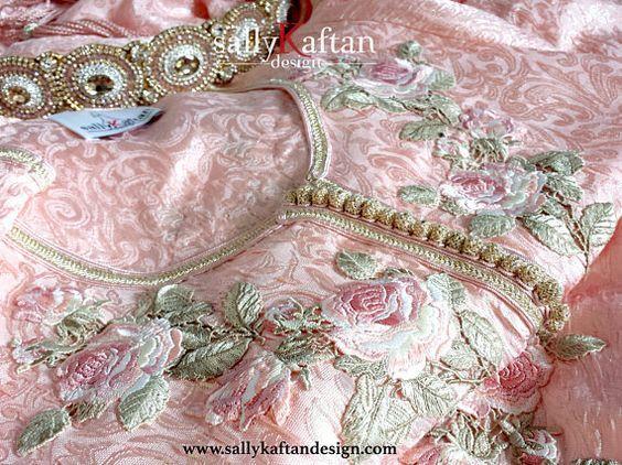 Gracieuse Basma caftan/caftan marocain est one piece robe. Coupé dans une silhouette joliment et fabriqué à partir de tissu de brocart de soie de haute qualité et accentués avec une fleurs romantique de soie appliques de plus la soie or marocaine garnitures (sfifa). Il est livré avec sa belle handemaded ceinture embelisshed avec éblouissant des cristaux, design unique fait spécialement pour ce caftan. La ceinture est facilement ajustable à toute taille de wraping tout autour de la tail...