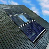 Dachfenster und Photovoltaik-Module als optische Einheit