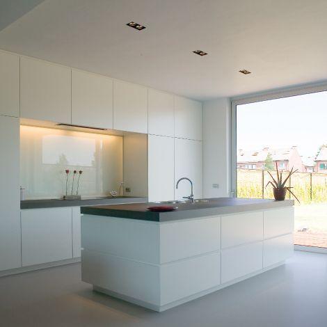 Weiße Hochglanzküche/dunkle Arbeitsplatte