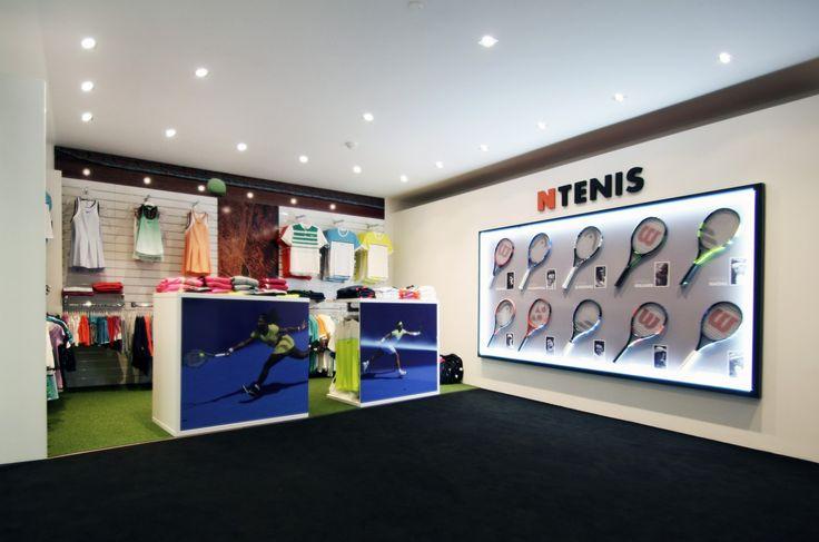 Realizace Interiéru prodejny nabízející tenisové oblečení a tenisovou obuv značky Nike, dle návrhu ing. arch. OLGY POKORNÉ