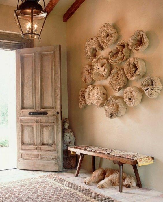 Деревянные пеньки на стенах в виде украшения.