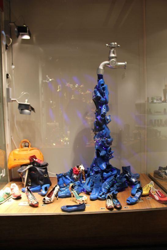 Vidriera con botas industriales y arte. Al bajo licencia OMBU