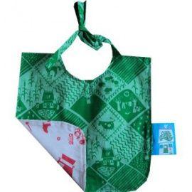 Hou de kleren van je kleintje schoon met deze mooie stoffen slabber van het Nederlandse merk Club Geluk.Deze slabber is aan twee kanten te gebruiken. De ene kant is voorzien van de  Groene Velden  stof en de andere kant met de  Gelukkig Huishouden  print.