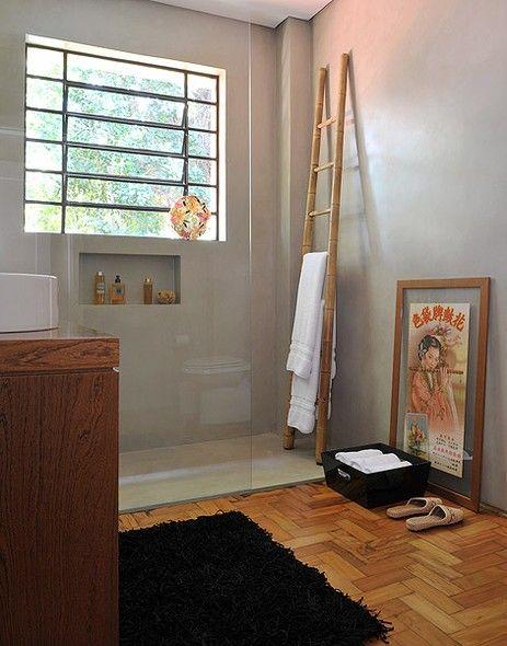 A escada de bambu, lembrança da infância da arquiteta e proprietária Marina Cury, serve de porta-toalha no banheiro. A peça fica dentro do box