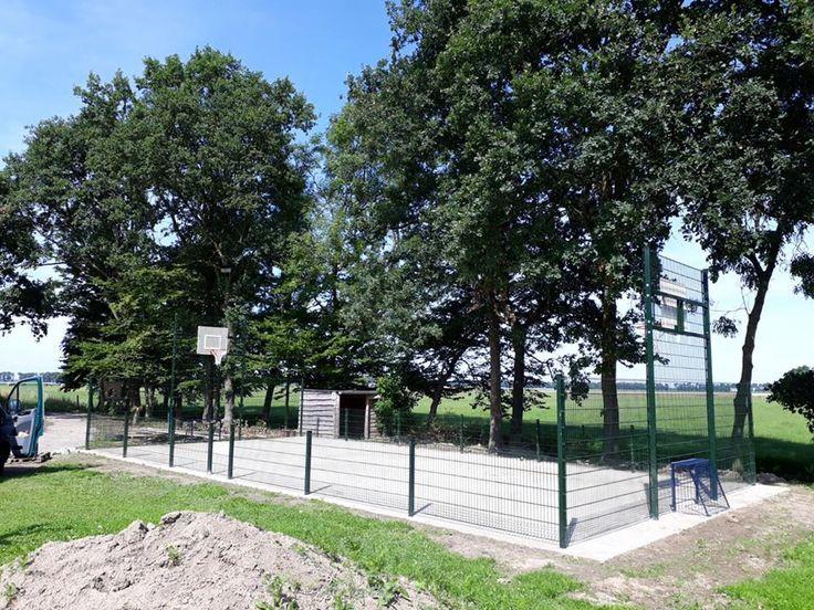 Mini multi- sportkooi Premium. 7.5 x 15 meter. Voetbalkooi van 7.5 x 15 meter met basketbal. Locatie Kraggenburg