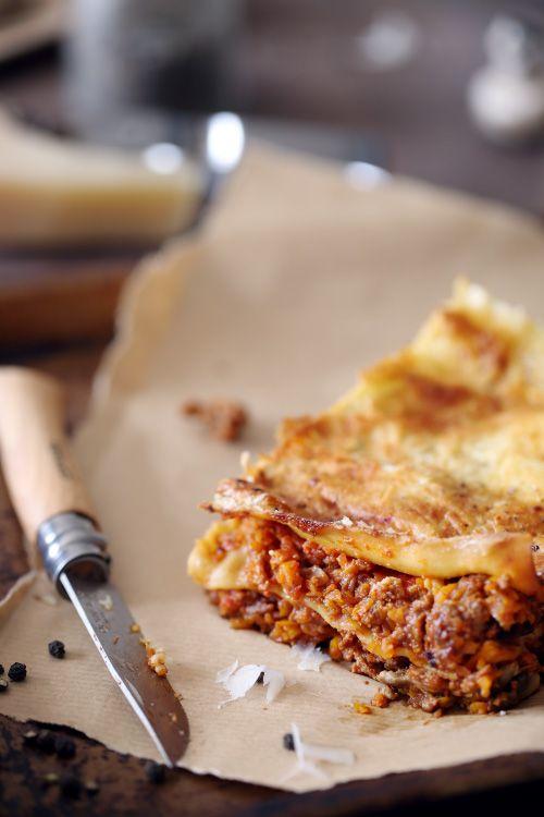 lasagne-boeuf-carotte 4 personnes      350 g de steak haché     2 oignons     5 carottes de taille moyenne     100 g de champignons de Paris     50 cl de coulis de tomate     25 cl de crème fraîche épaisse     Du parmesan râpé     6 feuilles de lasagne fraîche     Sel, poivre