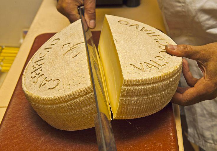 Il Caseificio Valposchiavo è stato uno dei primi caseifici in Svizzera a produrre formaggio totalmente biologico, in una zona esente da foraggi insilati. Il foraggio, destinato alle bovine produttrici di latte che fanno capo al Caseificio Valposchiavo, essicca all'aperto ed è immagazzinato, come un tempo, nei fienili ben areati. Ciò garantisce la produzione di un prodotto totalmente biologico, in una zona esente da foraggi insilati.