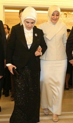 Hayrünnisa Gül Ve Emine Erdoğan'ın Resepsiyon Şıklığı  Cumhurbaşkanlık Veda Resepsiyonu'nda bir çok devlet erkamı bir araya geldi. En çok merak edilen ise 12. Cumhurbaşkanı olan Sayın Recep Tayyip Erdoğan'eşi Emine Erdoğan ile Abdullah Gül'ün eşi Hayrunnisa Gül'ün giyecekleri kıyafetleri idi. Her ikiside gecenin en şıkları arasında olup tercih ettikleri kıyafetler yine göz doldurdu. Galerimizi görmek için linki tıklayınız…