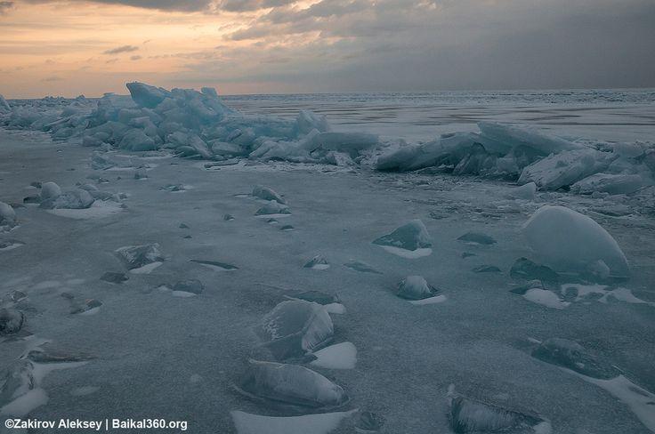 Холодная тишина. Тишина, мороз и умиротворение. Рассвет растворился в серости, затянувшей все небо, выглянув только на несколько минут.  #baikal360 #baikal #Байкал #Ольхон #ледбайкала #здесь_можно_жить #ice #рассвет #лед #ice #olkhon #night # живи_на_байкале #зима