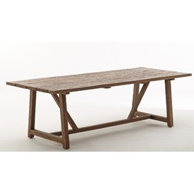 Langbord fremstillet i genbrugsteak fra gamle huse og fiskebåde.