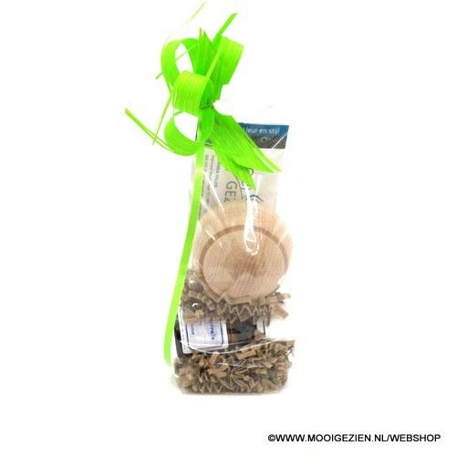 Een geurolie op natuurlijke basis met de geur van sinaasappel en kaneel. Doet u denken aan tijden van weleer.  Sprenkel enkele druppels op de beukenhoutenbol voor een heerlijke geur in huis of op kantoor.  Ook een leuk duurzaam cadeau! Bestel bij de webshop van MooiGezien: http://mooigezien.nl/webshop/aanbieding/geurolie-kaneelsinaasappel
