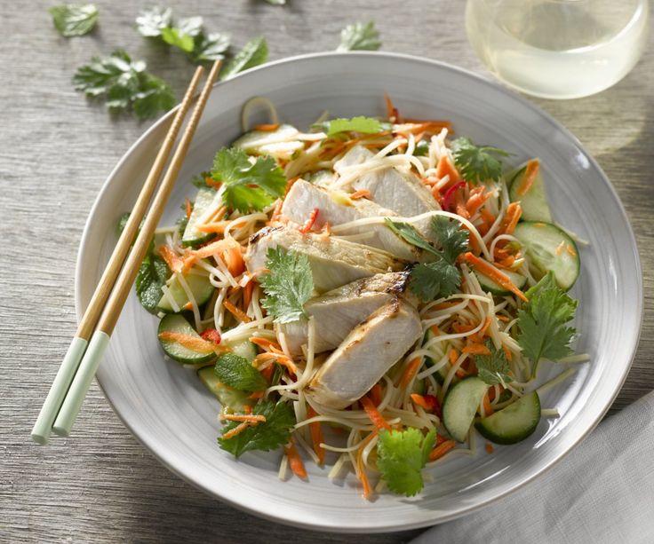 Insalata vietnamita con fette di arista e verdure croccanti - La cucina vietnamita non è fatta solo di deliziosi piatti alla griglia e di buonissime zuppe di noodles. Potete infatti godervi anche le loro saporite insalate ricche di erbe, verdure croccanti e spaghetti di riso sazianti. Dovete assolutamente provare questa insalata dal perfetto equilibrio tra salato, dolce, acido e amaro. Buon appetito!