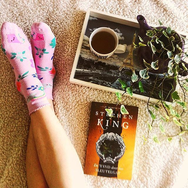 ☀️ I'm currently reading An Abundance Of Katherines by John Green. Don't know what to think just yet... But I really want to start with the Dark Tower series by Stephen King soon. Heard fantastic things about it! Do you already know what your next read's going to be?  Hope you had a wonderful weekend and have a good start for the new week   #stephenking #skfans #socksunday #booksandtea #bookstagram #reading #bookish #booklover #bibliophile #booknerd #instabook #bookgram #bookworm…