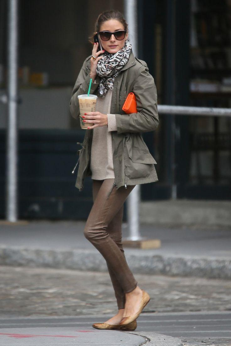 Como buena neoyorquina –aunque sea de adopción–, Olivia adora pasear por las frías calles de la ciudad con un café de take away. Para estas ocasiones más informales le suelen acompañar tres fieles aliados: pantalon stretch, bailarinas –de la que es firme defensora– y parka verde militar. El bolso de mano naranja flúor le da el punch trendy a este look cien por cien street style.: