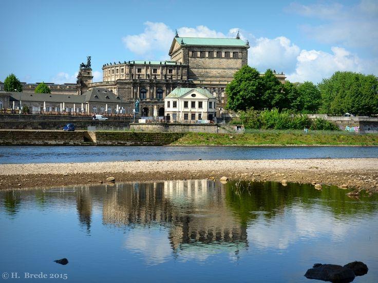 Die Semper Oper im Spiegel des Elbufers von Harald. Brede