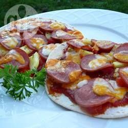 Deze pizza Hawai wordt gemaakt met een tortilla als bodem; snel om te maken en erg lekker! Snel gemaakt in een koekenpan en klein elektrisch oventje.