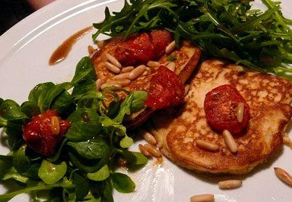 Ricotta »Hotcakes« mit Rösttomaten und Ruccola und/oder Feldsalat « we eat fine