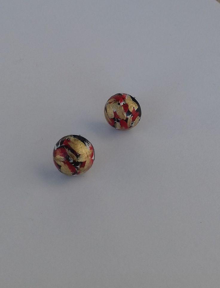 Pecičky+černé,+bílé,+červené+a+zlaté+Pecičky+jsou+vyrobeny+ze+dřeva+a+jsou+malovány+akrylovou+barvou+a+přelakovány.+Velikost+polokoule+je+16+mm.
