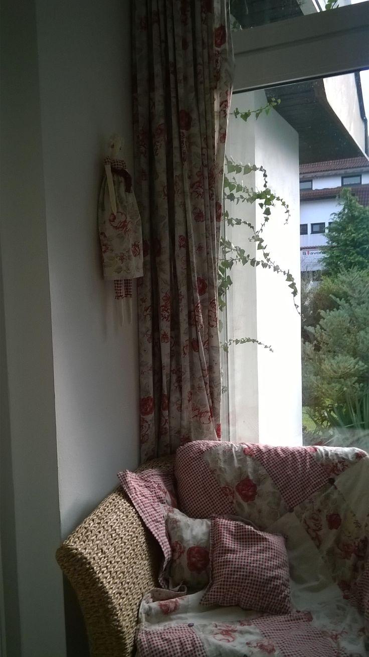 Pokus o romantické zákoutí.Závěs,přehoz i panenka na zdi moje výroba. Oblíbené místo našeho psa.
