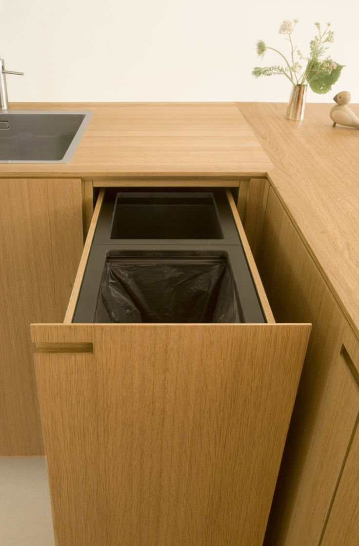 At Egernvej we built an integrated waste and recycling unit in solid oak.