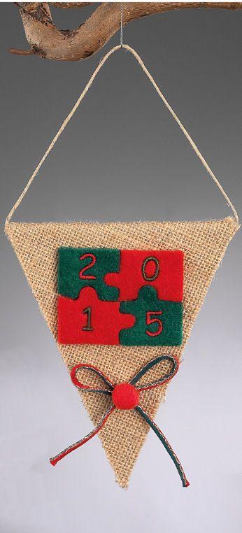 www.mpomponieres.gr Χριστουγεννιάτικο κρεμαστό σημαιάκι από λινάτσα διακοσμημένο με δίχρωμο παζλ σε κόκκινο και πράσινο χρώμα και πάνω στο κάθε κομμάτι του παζλ είναι κεντημένο έναν αριθμό από την χρονολογία 2015. Οι διαστάσεις του είναι 25,5Χ12,5cm. Όλα τα χριστουγεννιάτικα προϊόντα μας είναι χειροποίητα ελληνικής κατασκευής. http://www.mpomponieres.gr/xristougienatika/xristougenniatiko-kremasto-simaiaki-me-pazl.html #burlap #christmas #ornament #felt #stolidia #xristougenniatika