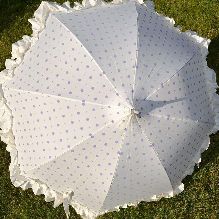 Prachtige paraplu/parasol van Lisbeth Dahl. Romantisch ontwerp met ruches en lavendelkleurige stippen..