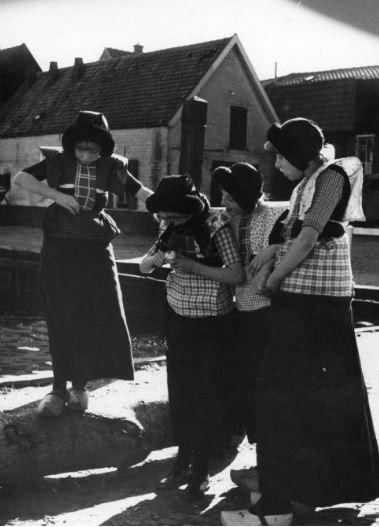 Groepsportret van enkele meisjes in klederdracht in de haven van Spakenburg (gemeente Bunschoten). 1946-1950 WF van Heemskerck Düker (fotograaf) #Utrecht #Spakenburg