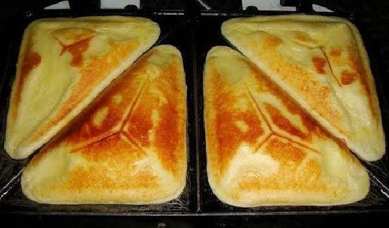 O Pão de Queijo na Sanduicheira é uma forma nova, prática e deliciosa de fazer pão de queijo. Você vai amar! INGREDIENTES 1 xícara de chá de leite 1 xícara