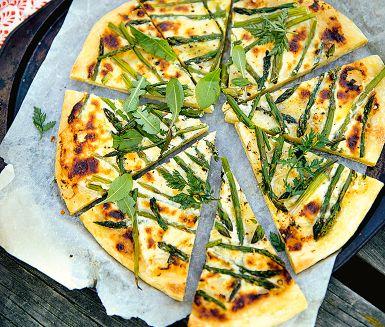 Pizza behöver inte nödvändigtvis ha tomatsås. Den här lyxiga sparrispizzan på hemgjord pizzadeg toppas med västerbottenskräm i stället. Ät pizzan i snibbar som tilltugg eller varför inte som en spontan sommarmiddag på bryggan.