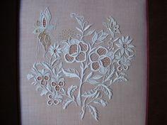 une branche de deux roses tracées sur une toile, pour étudier différents points de grilles repérés ça et là sur des broderies anciennes.